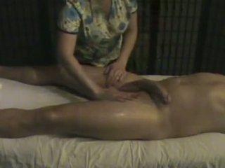 Masáž inštitút masseuse takes starostlivosť na a veľký whi
