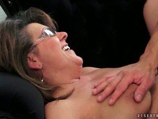 Unge guy fucks hot bestemor