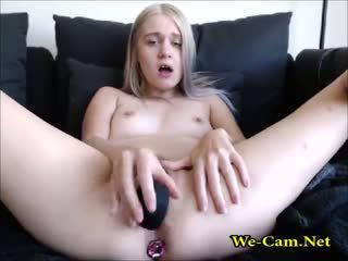 Sīka auguma blondīne ar rotaļlieta uz grupa kamera