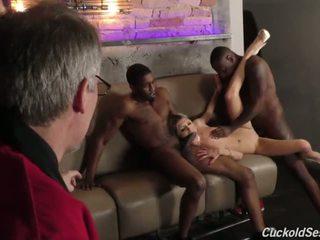 Млад съпруга does рогоносец 3sum за на стар мъж - порно видео 051