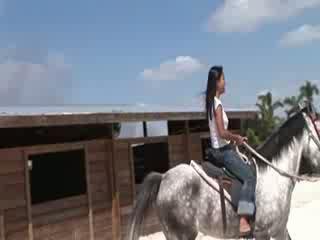 Mans kails aziāti draudzene jāšana zirgs