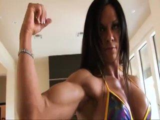 Tobulas fitnesas muscle moteris flexing jos stiprus ripped biceps