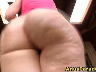 Viens female rides pāris cocks iekšā viņai pakaļa un viens iekšā viņai vāvere