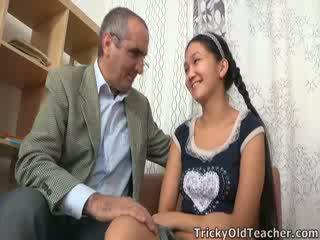 Tricky পুরাতন শিক্ষক gets উপর থেকে তার nuts মধ্যে এশিয়ান পাছা