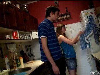 Irresistible في سن المراهقة gets مارس الجنس في ال مطبخ