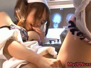 Akina 可愛 亞洲人 護士 expand 她的 twat