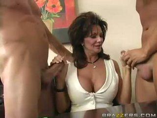 Breasty mammīte deauxma engulfing par 2 liels grūti boner