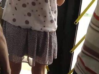 Spying päällä a kuuma tyttö at the bussi