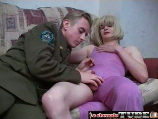 Crossdressing sisään purple mekko pleases hänen mies