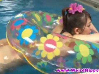 热 jjapanese 孩儿 性交 在 泳 水池