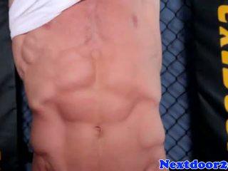 Athlétique homo hunk wanking son bite