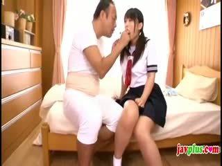 Japoneze innocent nxënëse seduced nga i vjetër e shëmtuar xhaxhai