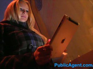 Publicagent blondine meets guy in straat voor neuken hem bij thuis