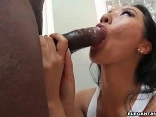 Ozko rit azijke prasica takes velika črno knob v ji usta