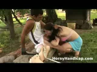 Miang/gatal handicap gets sucked dan fucks yang miang/gatal babe outdoors