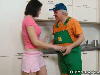 Dasha je waiting na ji kuchyně counter alone v a růžový outfit dnes