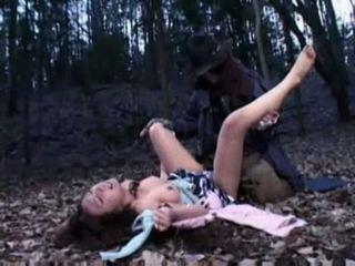 Mujer ravished por un zombi