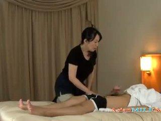 Érett nő massaging guy giving faszverés getting neki cicik rubbed tovább a ágy