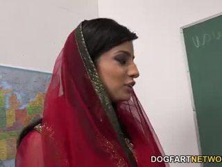 Nadia ali learns থেকে হাতল একটি bunch এর কালো cocks