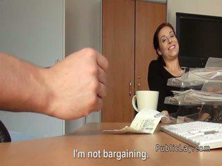 Vöröshajú flashing titties mert készpénz -ban nyilvános
