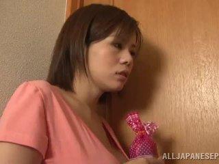 Bigtitted aasialaiset äiti lets hänen hubby pelata seksi peliä porno peliä yhdessä lähellä mukaan hänen mausteinen tiainen