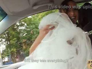 Stranded cô dâu fucks trong đám cưới gown qua stranger