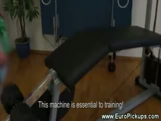 Gym pop tonen haar heet lichaam voor cash bij de gym