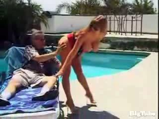 Darla crane titty fucks và sucks con gà trống outdoors