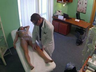 Verblüffend pole dancer gefickt von doktor im fake