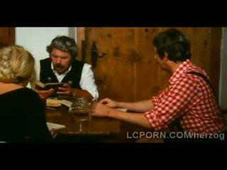 Boerderij oud man pleases younger blondie op zijn dining tafel