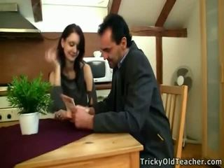 Tina studies onto la table ensemble avec jambes à part.