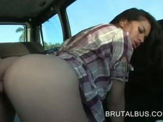 セクシー アマチュア と 彼女の 最初の ハードコア バス 経験