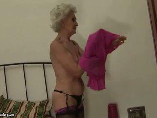 Бабуся enjoys лесбіянка секс з молодий дівчина
