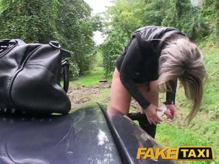 Faketaxi blond beib perses sisse tema vähe tussu koos püksikud ümber jalad