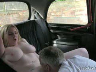 Reusachtig boezem blondine poesje licked en banged in fake taxi