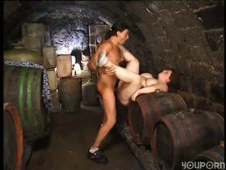 Pieauguša lielas skaistas sievietes boned uz the vīns cellar