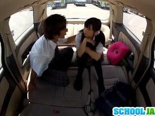 Erotisks aziāti coed has porno iekšā the automašīna
