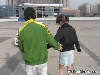 شاب فتاة في roller skates sucks كوك في شرفة