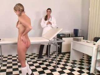 Kuuma blue enkeli gets rangaistaan mukaan hänen nainen lääkäri peaches
