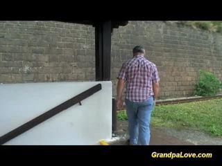Viejo dude blackmails monada rubia zorra para joder
