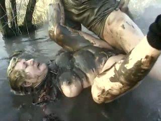Nezbedný porno výkon zavřít na a nepříjemný babička having got laid v the mud