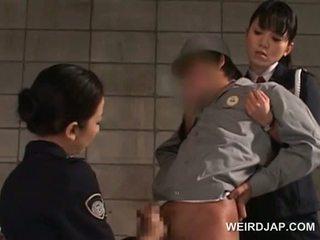 Zakar/batang starved warga asia polis wanita giving goncang zakar dalam penjara