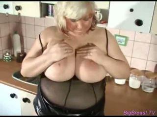 Voluptuous krūtainas copulates ar dildo