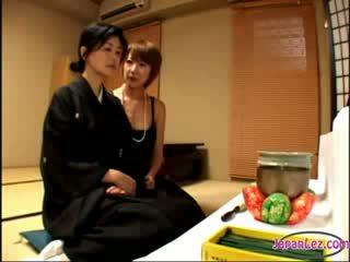2 äldre widows kysser rubbing meloner ett av dem getting henne bröstvårtor sucked på den säng