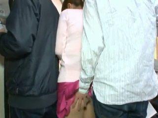 Süß koreanisch teenager having sie braun auge und coochie touched im crowded bus