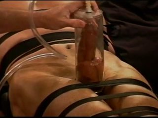Ekstreemne vacuum pumping munni ja munade piinamine edasi muscle guy