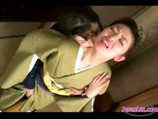 Aziatisch meisje in kimono getting haar gezicht kissed poesje en tieten