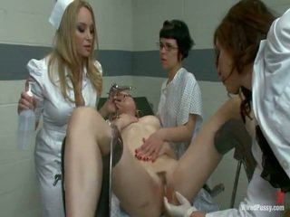 Two sucio pussys tener strapped a un gyno silla y bumped por su lesbie doctors