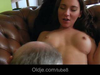 Heet bossy tiener fucks haar oud butler