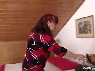 Lewd mother-in-law toying тя бръснати влагалище след това takes негов хуй